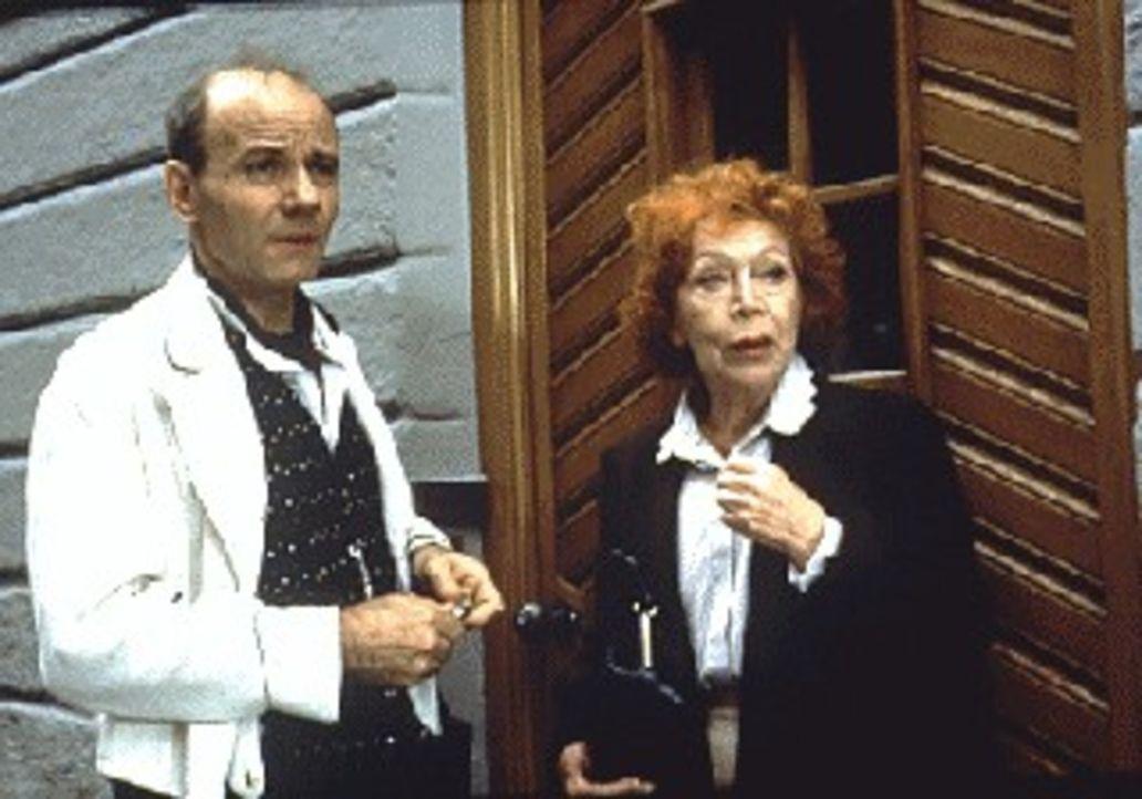 Obwohl die Polizei die Madonnen-Diebe festgenommen hat, macht sich Wibke (Gisela Trowe, r.) mit Schorschi (Nikolaus Paryla, l.) auf die Suche nach d... - Bildquelle: Magdalena Mate Sat.1