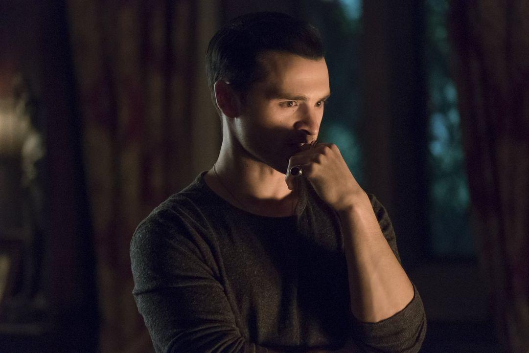 Als Bonnie einfach nicht aufwachen will, ist Enzo (Michael Malarkey) verzweifelt. Gelingt es ihm, Bonnie zu erwecken, ohne dabei eine brutale Vampir... - Bildquelle: Warner Bros. Entertainment, Inc.