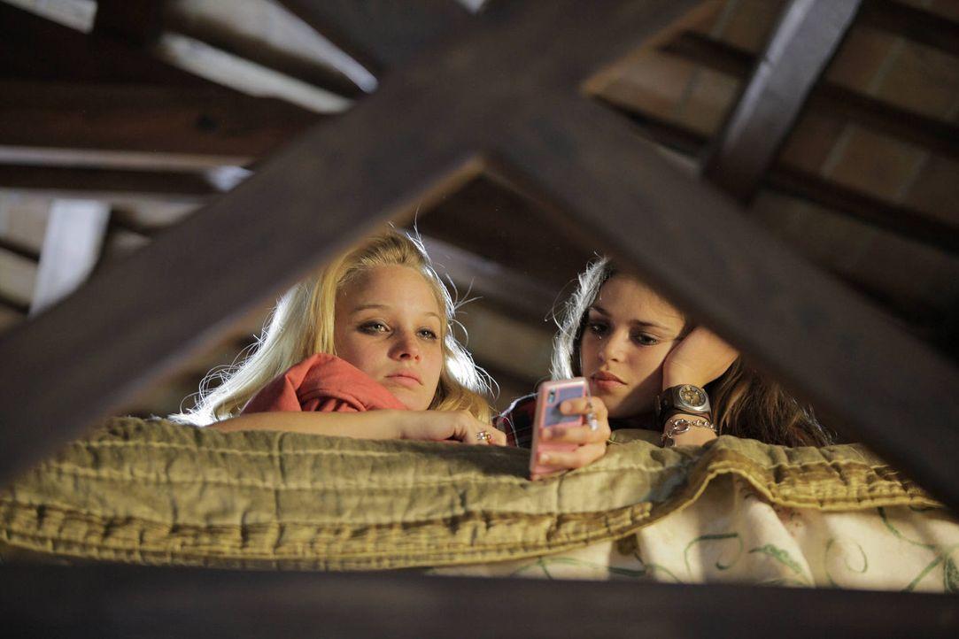 Haben einen infamen Plan: Maniche (Xenia Georgia Assenza, r.) und ihre Freundin Elodie (Sonja Gerhardt, l.) ... - Bildquelle: Janez Stucin SAT.1