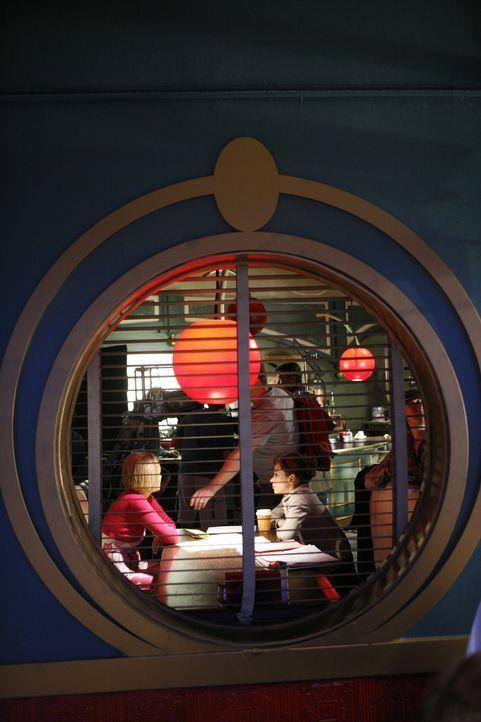 Frauen unter sich: Chuck (Anna Friel, r.) und Olive (Kirsten Chenoweth, l.) haben viel zu besprechen ... - Bildquelle: Warner Brothers