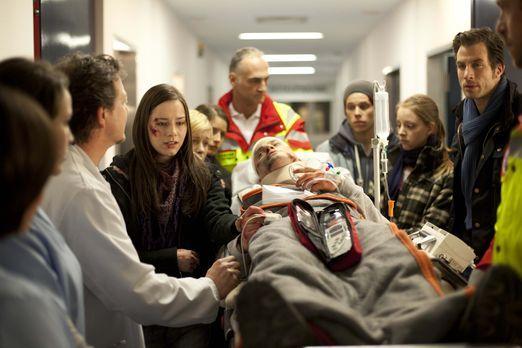 Hand aufs Herz - Nach dem schrecklichen Unfall geht es Timo (Rocco Stark, lie...