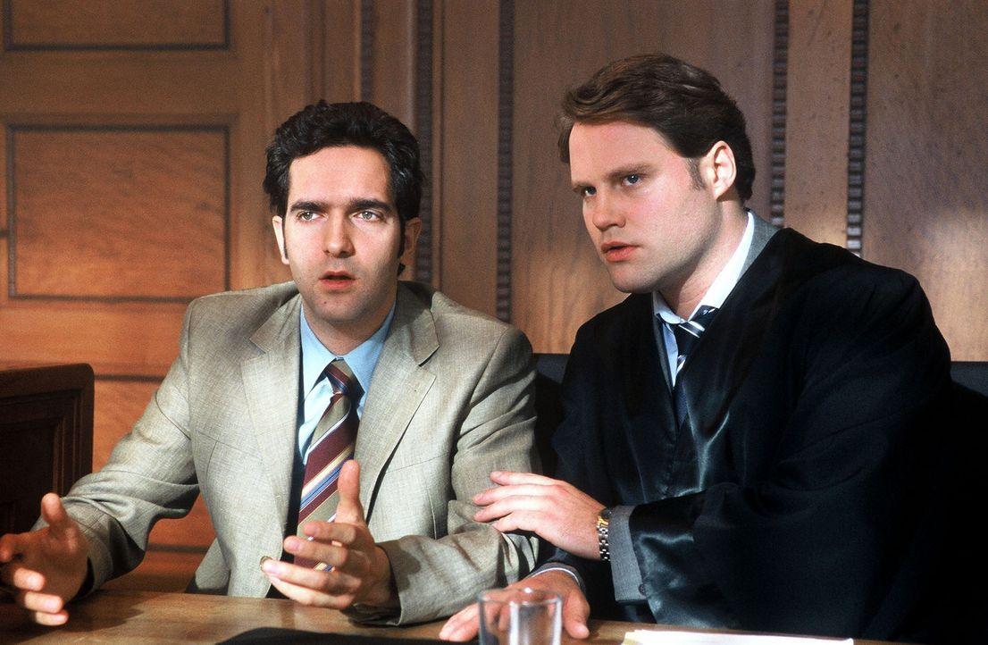 Diesem Angeklagten (Thomas M. Held, l.) kann selbst der beste Anwalt (Mirco Reseg, r.) nicht mehr helfen ... - Bildquelle: Sat.1