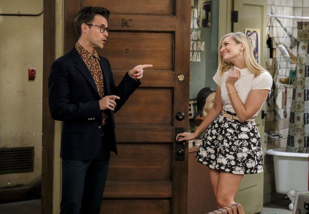 Caroline (Beth Behrs, r.) ist hin und weg, als der Stylist Brad Goreski (Brad Goreski, l.) bei ihr vor der Tür steht und sie für die Premiere des Fi... - Bildquelle: Warner Bros. Television
