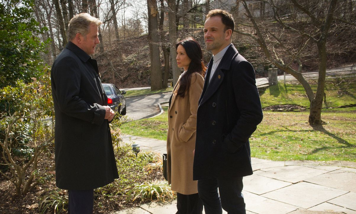 Als zwei Männer ermordet werden, zieht Captain Gregson (Aidan Quinn, l.) Holmes (Jonny Lee Miller, r.) und Watson (Lucy Liu, M.) zu dem Fall hinzu.... - Bildquelle: Jeff Neira 2016 CBS Broadcasting Inc. All Rights Reserved.