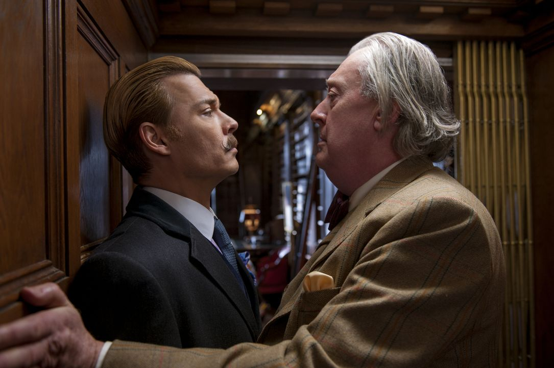 Als ihn Schulden dazu treiben, für Insepctor Martland zu arbeiten, versucht Mortdecai (Johnny Depp, l.) ausgerechnet bei Sir Graham (Michael Culkin,... - Bildquelle: 2014 LIONS GATE ENTERTAINMENT INC. ALL RIGHTS RESERVED.