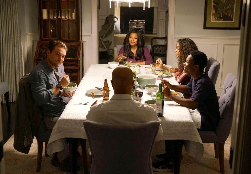 Kann Martin Riggs (Clayne Crawford, l.) ein guter Freund von Roger Murtaugh (Damon Wayans, 2.v.l.) und seiner Familie (Keesha Sharp, 3.v.l., Chandle... - Bildquelle: 2016 Warner Brothers