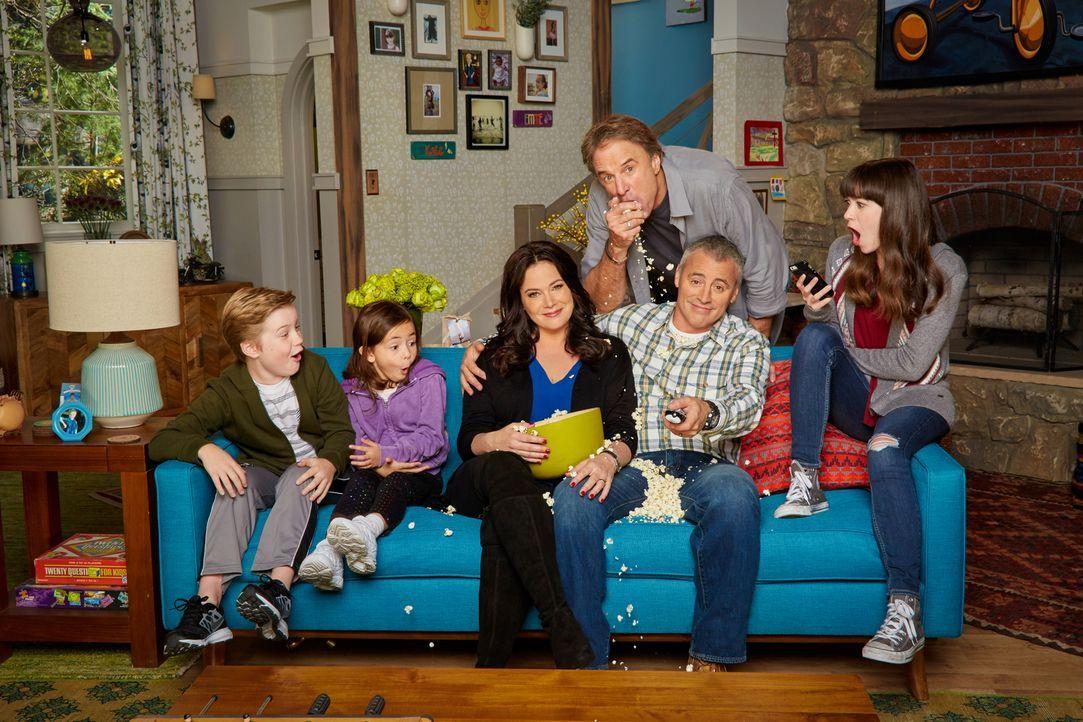 (1. Staffel) - Eine ganz besondere Familie: Adam (Matt LeBlanc, 2.v.r.) mit seiner Frau Andi (Liza Snyder, 3.v.l.), seinen Kindern Kate (Grace Kaufm... - Bildquelle: Monty Brinton 2016 CBS Broadcasting, Inc. All Rights Reserved