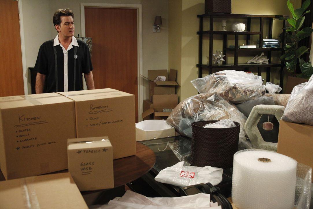 Obwohl Charlie (Cahrlie Sheen) Angst um seine Unabhängigkeit hat, zieht seine Verlobte Chelsea mit all ihren Sachen bei ihm ein. Chaos pur! - Bildquelle: Warner Brothers Entertainment Inc.