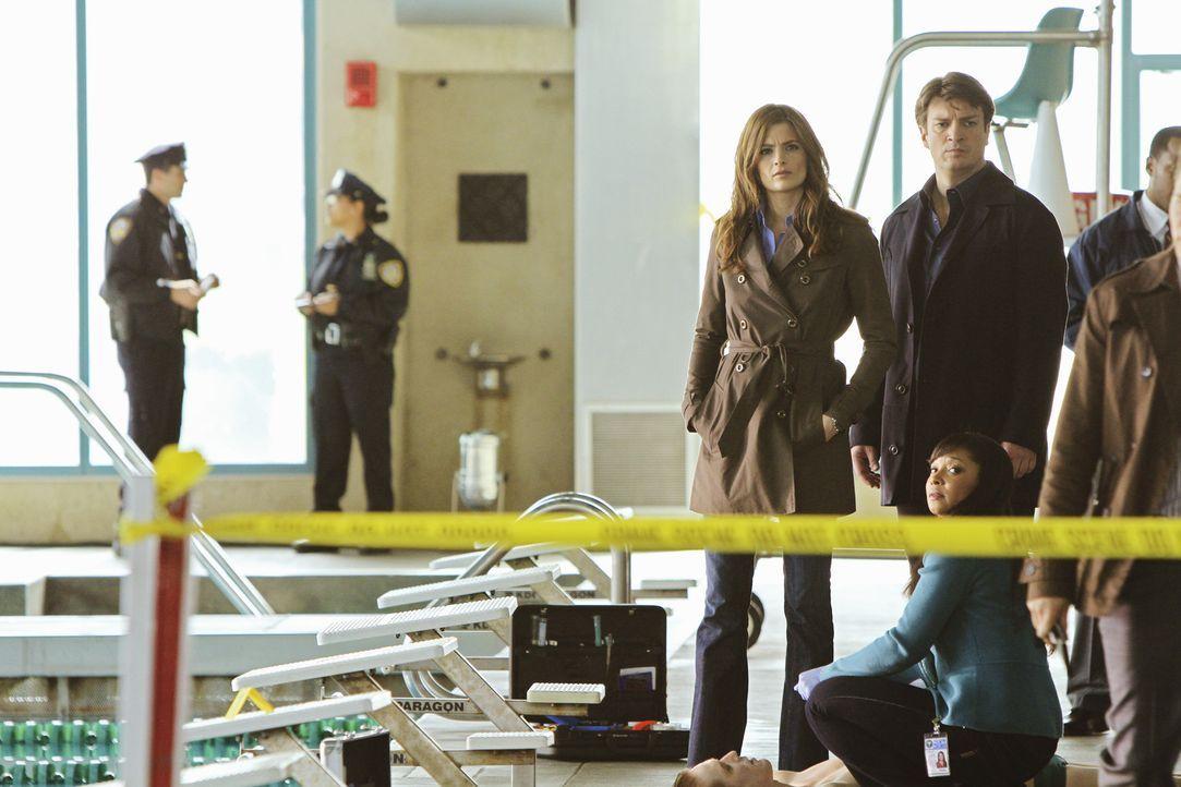 Als ein junger Hochleistungsschwimmer tot im Schwimmbad seiner Uni aufgefunden wird, haben Beckett (Stana Katic, M.) und Castle (Nathan Fillion, 2.v... - Bildquelle: ABC Studios