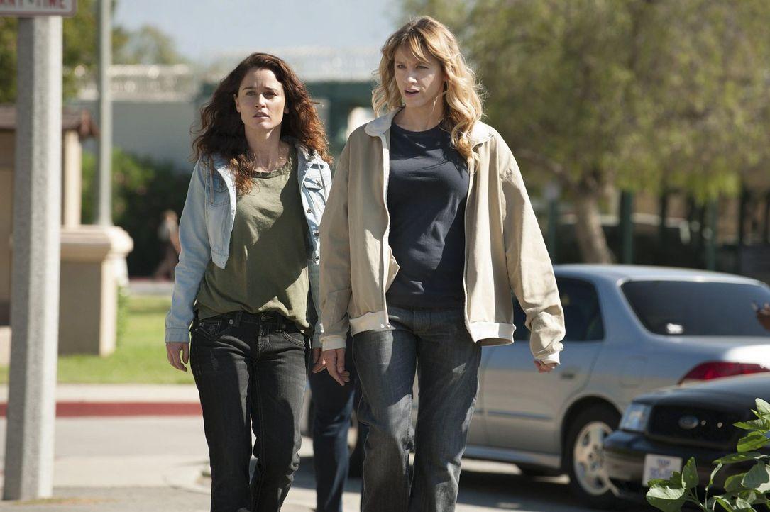 Teresa Lisbon (Robin Tunney, l.) ermittelt Undercover im Gefängnis, um Marie Flanigan (Brit Morgan, r.) dazu zu bringen, ihren Freund zu verraten, d... - Bildquelle: Warner Bros. Television