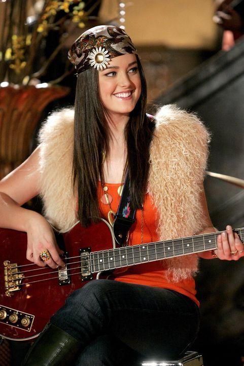 Entpuppt sich als begabte Gitarristin: Sage (Ashley Newbrough) ... - Bildquelle: Warner Bros. Television