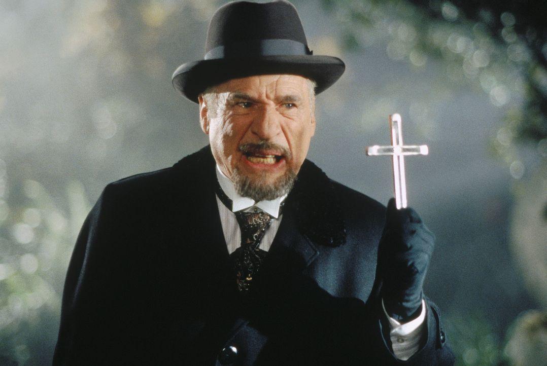 Vampirjäger Prof. Van Helsing (Mel Brooks) mit seiner wichtigsten Waffe ... - Bildquelle: CASTLE ROCK ENTERTAINMENT