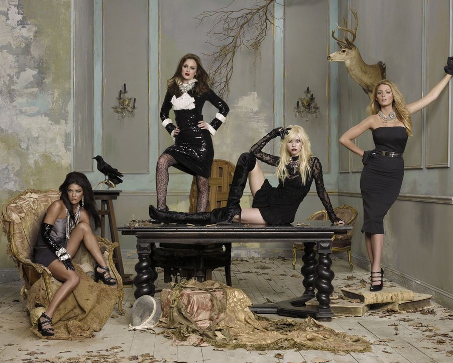 (3. Staffel) - Für Serena (Blake Lively, r.), Blair (Leighton Meester, 2.v.l.), Jenny (Taylor Momsen, 2.v.r.) und Vanessa (Jessica Szohr, l.) beginn... - Bildquelle: Warner Brothers