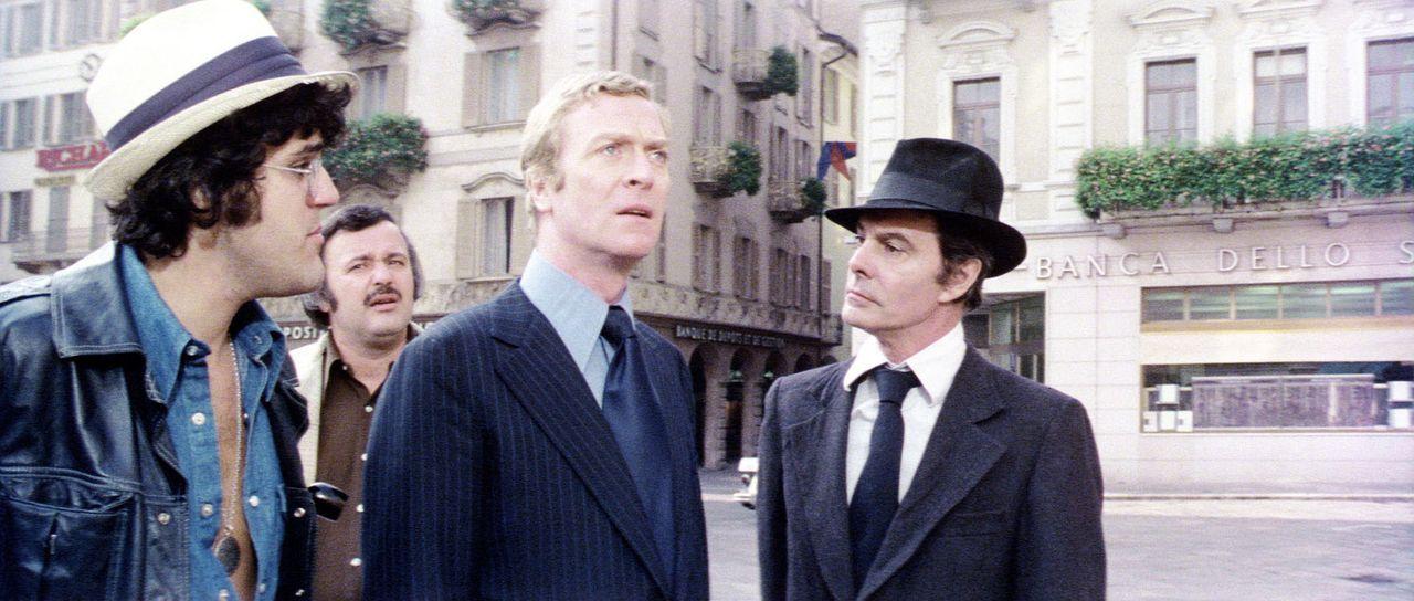 In der Schweiz bringt der Prinz von Syrakus (Louis Jourdan, r.) Doc Fletcher (Michael Caine, 2.v.r.), Marvin Skinner (Tony Mascia, 2.v.l.) und Alber... - Bildquelle: Columbia Pictures
