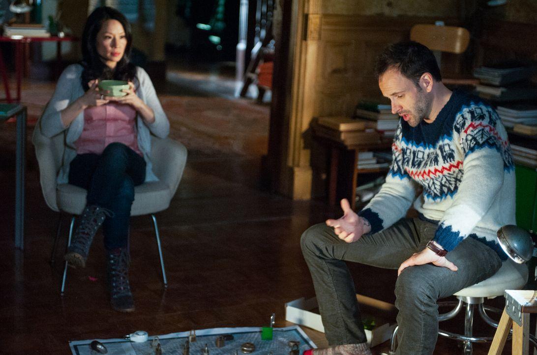 Versuchen, während eines Schneesturms zu verhindern, dass der größte Geldtresor der USA ausgeraubt wird: Sherlock (Jonny Lee Miller, r.) und Joan (L... - Bildquelle: CBS Television