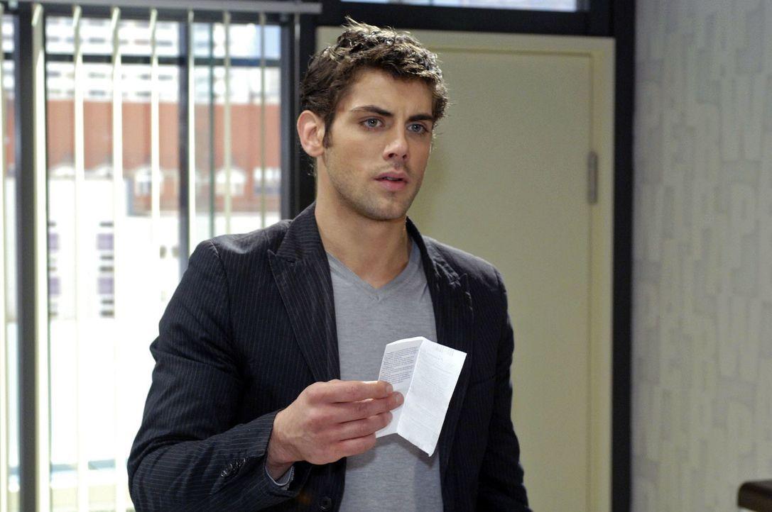 Jonas (Roy Peter Link) findet den Beipackzettel von einem Schwangerschaftstest und glaubt, dass Katja schwanger ist .. - Bildquelle: Oliver Ziebe Sat.1