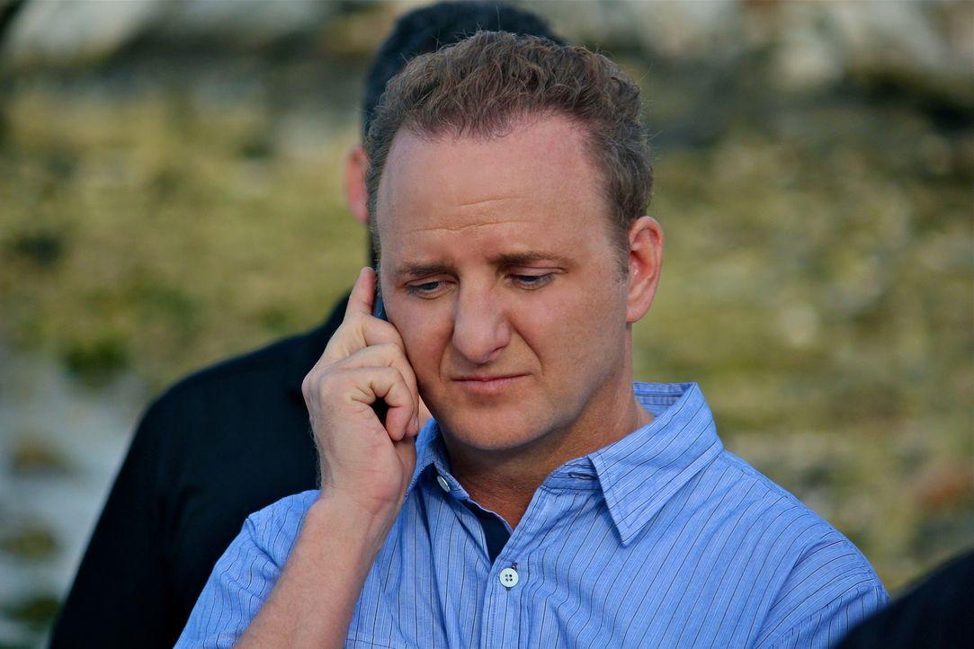 Holt (Bart Baggett) ist in ein Telefonat vertieft und merkt nicht, wie sich ihm Angreifer nähern ... - Bildquelle: 2012, THE INSTITUTION, LLC. All Rights Reserved.