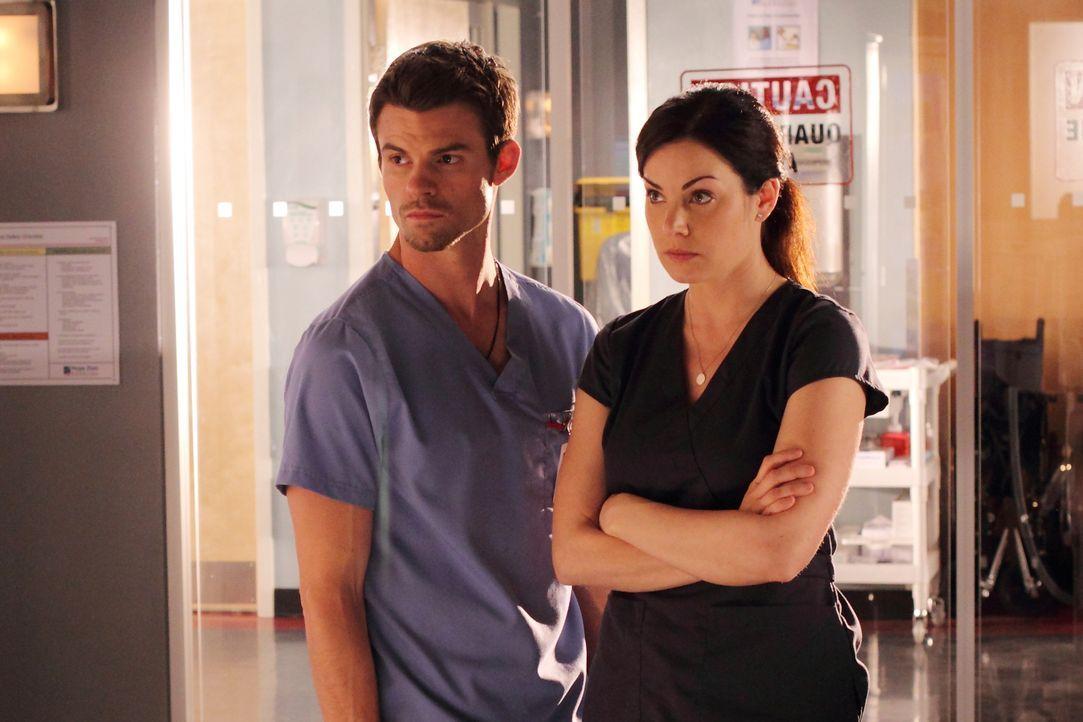 Das komplette Krankenhaus wird unter Quarantäne gestellt. Dr. Joel Goran (Daniel Gillies, l.) und Dr. Alex Reid (Erica Durance, r.) hoffen, dass sie... - Bildquelle: 2012  Hope Zee One Inc.