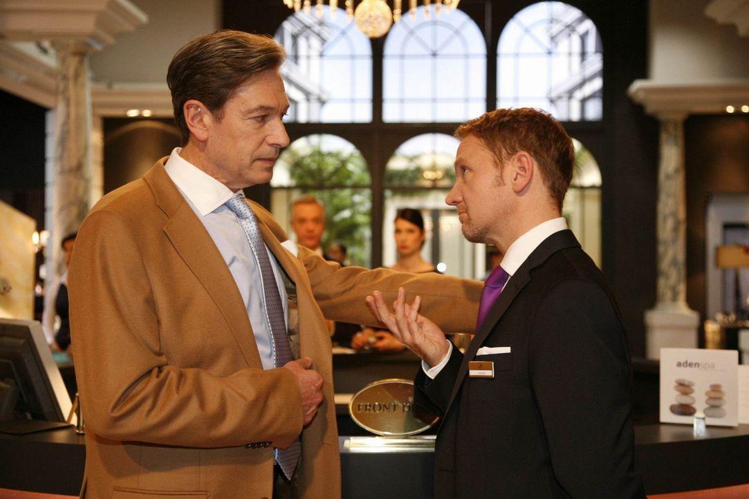 Julius (Günter Barton l.) und Carlo (Mathias Kahler-Polagnoli, r.) führen wichtige Gespräche ... - Bildquelle: SAT.1