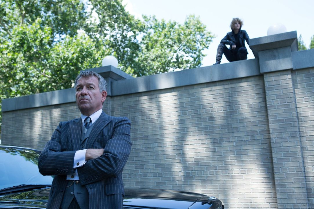 Während Gordon Leiter einer Sondereinheit in Gotham wird, geraten Selina (Camren Bicondova, r.) und Alfred (Sean Pertwee, l.) aneinander ... - Bildquelle: Warner Brothers