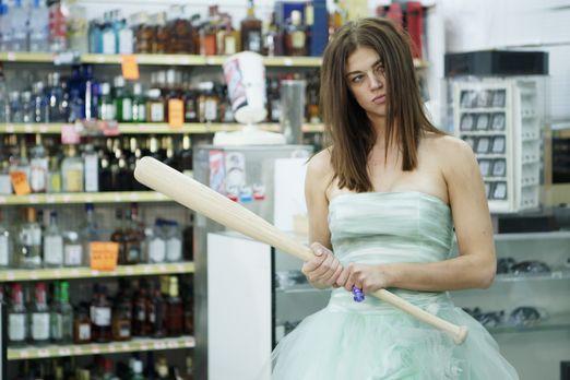 Das frisch verheiratete Alkoholiker-Pärchen, Ray und Sydney (Adrianne Palicki...