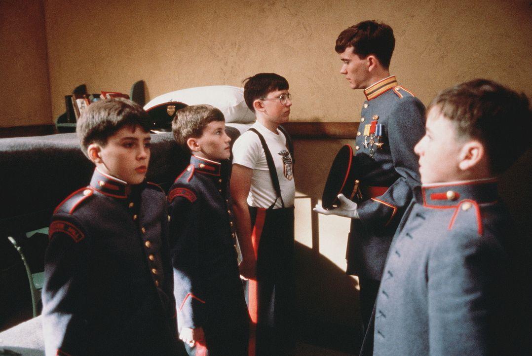 Bereits Zwölfjährige sind in 'Bunker Hill' und schauen ehrfürchtig zu ihrem Ausbilder, Major Moreland (Timothy Hutton, 2.v.r.), auf ... - Bildquelle: 20th Century Fox Film Corporation