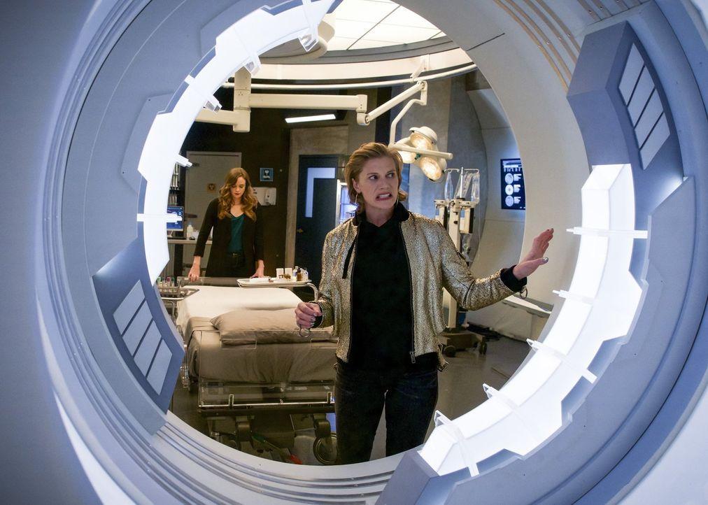 Um Killer Frost zurückzuholen, sucht Caitlin (Danielle Panabaker, l.) ausgerechnet bei Amunet (Katee Sackhoff, r.) Rat. Ist das eine gute Idee? - Bildquelle: 2017 Warner Bros.