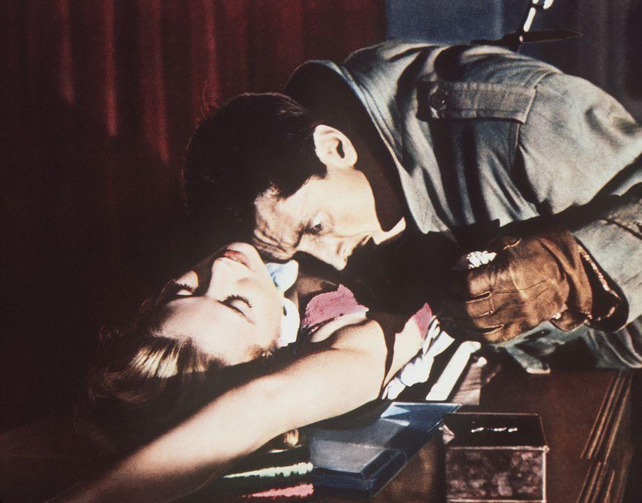 Die schöne Margot (Grace Kelly, unten) schafft es in letzter Minute, ihren Killer Lesgate (Anthony Dawson, oben) zu besiegen ... - Bildquelle: Warner Bros.