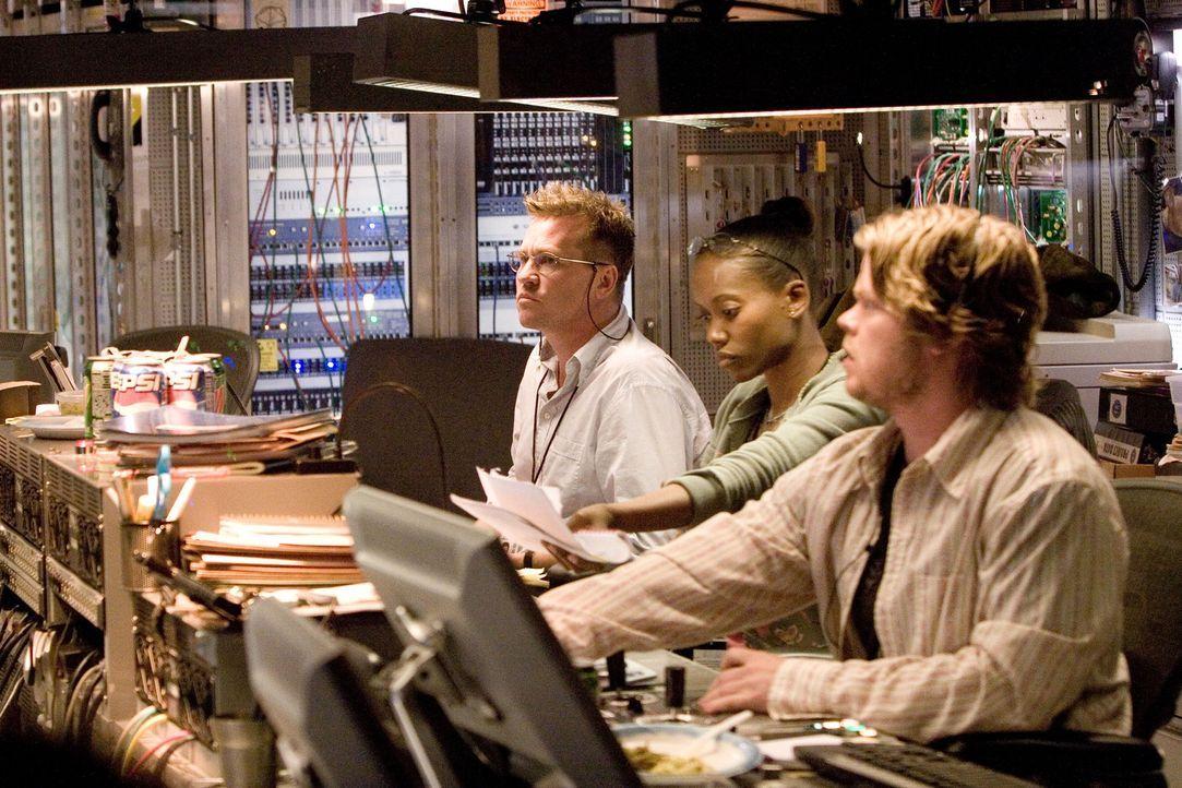 Für FBI-Agent Pryzwarra (Val Kilmer, l.) beginnt ein gnadenloser Wettlauf mit der Zeit ... - Bildquelle: Disney. All Rights reserved.