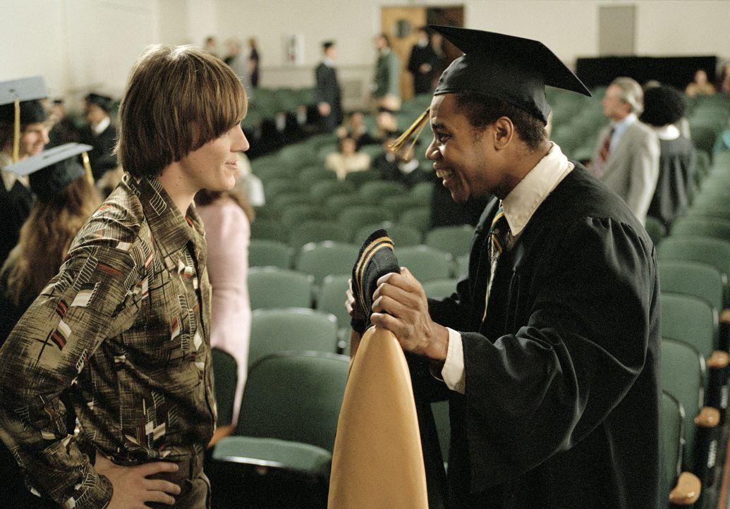 Nach anfänglichen Startschwierigkeiten hat Johnny Clay (Riley Smith, l.) seinen Zorn und die beleidigende Abneigung gegenüber Radio (Cuba Gooding... - Bildquelle: 2004 Sony Pictures Television International. All Rights Reserved.