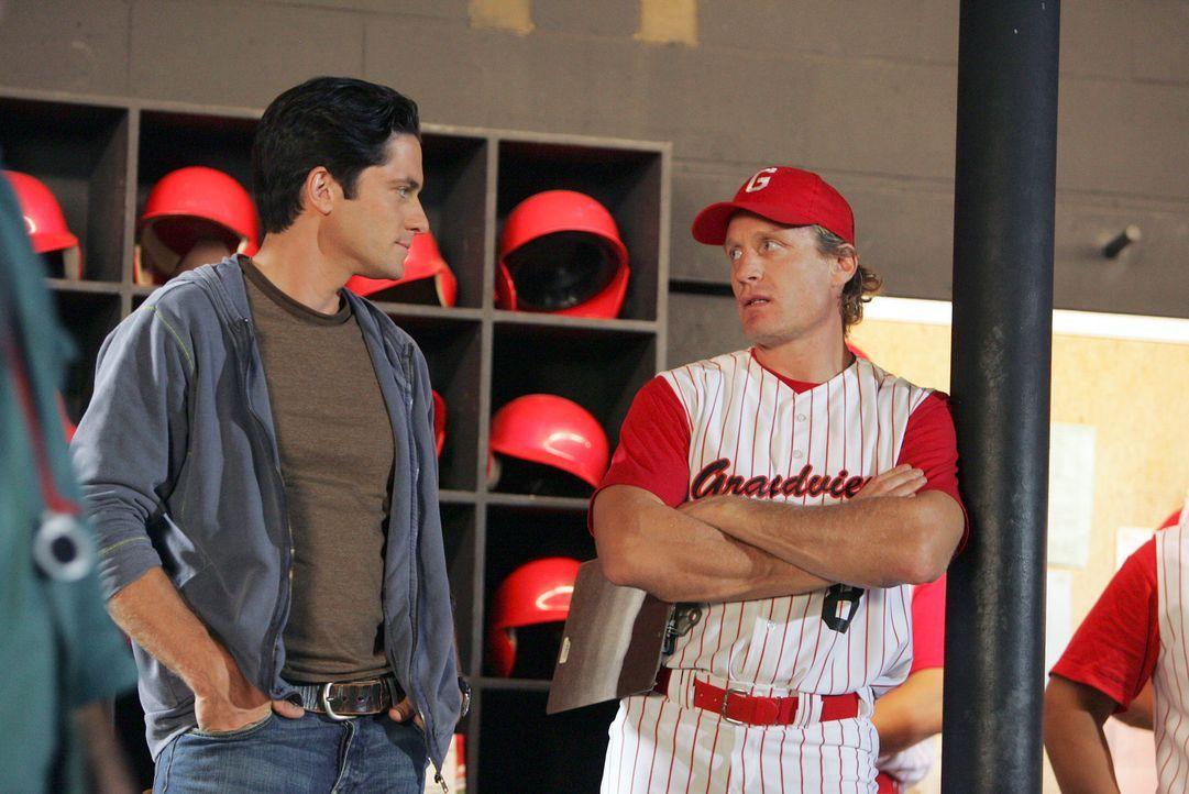 Jim Clancy (David Conrad, l.) unterhält sich mit dem Co-Trainer (Jeremy Roenick, r.) ... - Bildquelle: ABC Studios