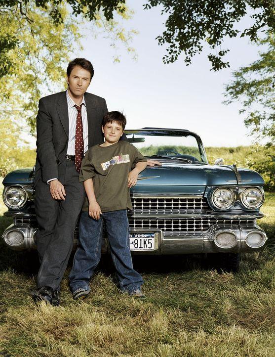 Bei dem Versuch, seinen Sohn (Josh Hutcherson, r.) vor Enttäuschungen zu beschützen, treibt John (Tim Daly, l.) diesen immer mehr in die Arme sein... - Bildquelle: CBS International Television