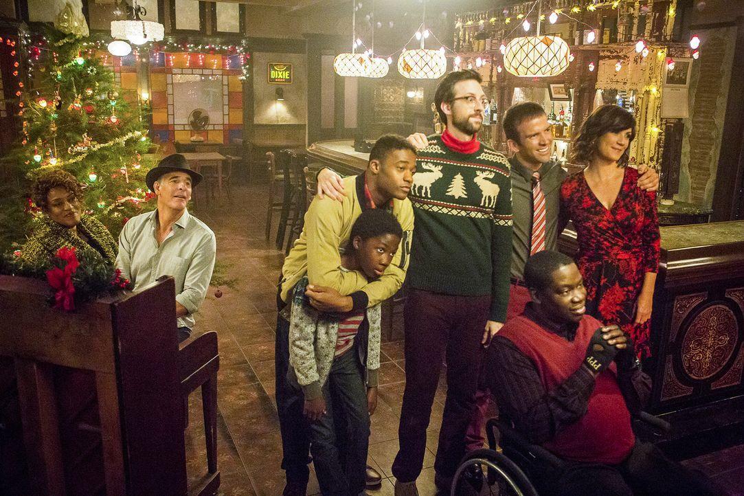 Verbringen einen schönen Weihnachtsabend zusammen: (v.l.n.r.) Wade (CCH Pounder), Pride (Scott Bakula), CJ (Dani Dare), Danny (Christopher Meyer), S... - Bildquelle: Skip Bolen 2015 CBS Broadcasting, Inc. All Rights Reserved