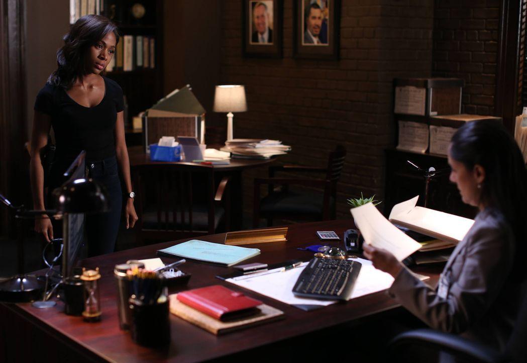 Hat Sheriff Reyes (Sakina Jaffrey, r.) wichtige Informationen über Abbies (Nicole Beharie, l.) und Jennys Mutter? - Bildquelle: 2014 Fox and its related entities. All rights reserved.