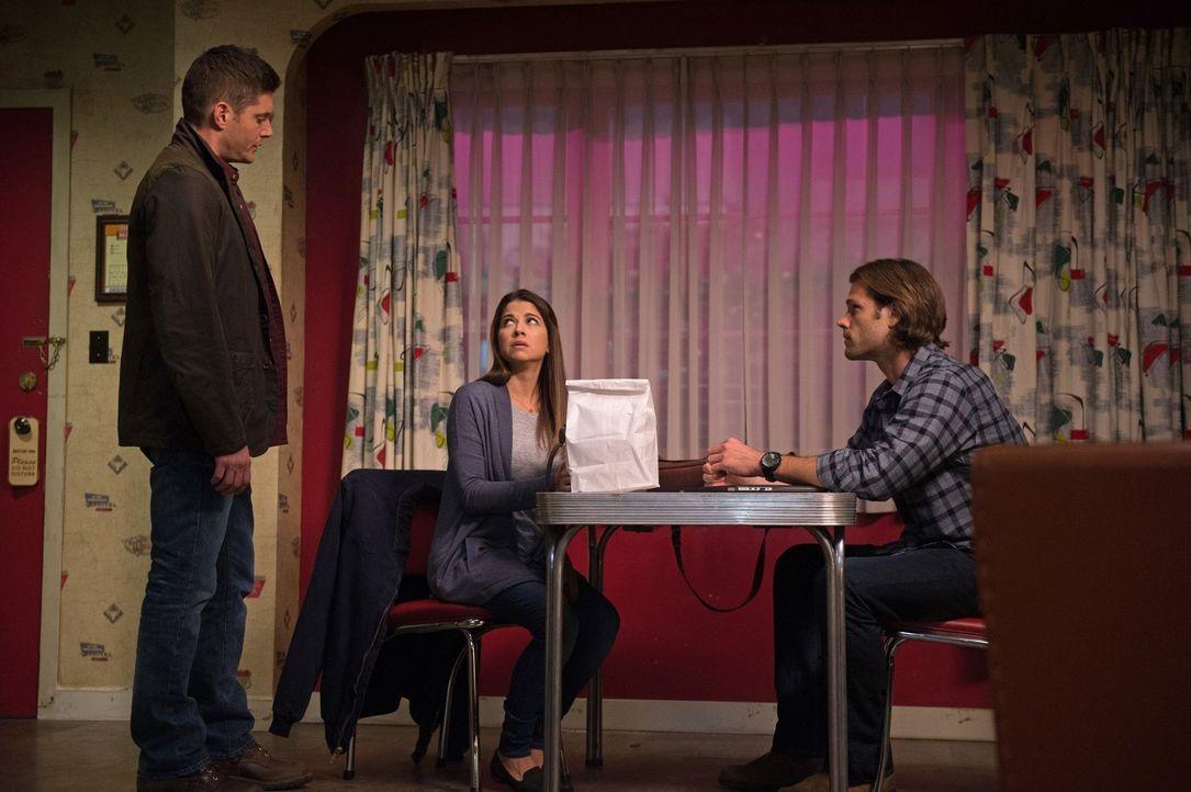 Nachdem in ihrem Umfeld die Menschen auf brutalste Weise sterben, wendet sich Melissa (Luciana Carro, M.) direkt an Dean (Jensen Ackles, l.) und Sam... - Bildquelle: 2014 Warner Brothers