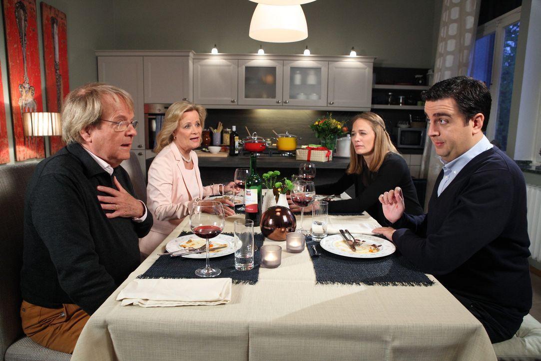 Beim Abendessen wollen Anne (Sonsee Neu, 2.v.r.) und Bastian (Bastian Pastewka, r.) Annes Eltern Karin (Claudia Rieschel, 2.v.l.) und Klaus (Peter F... - Bildquelle: Frank W. Hempel SAT.1