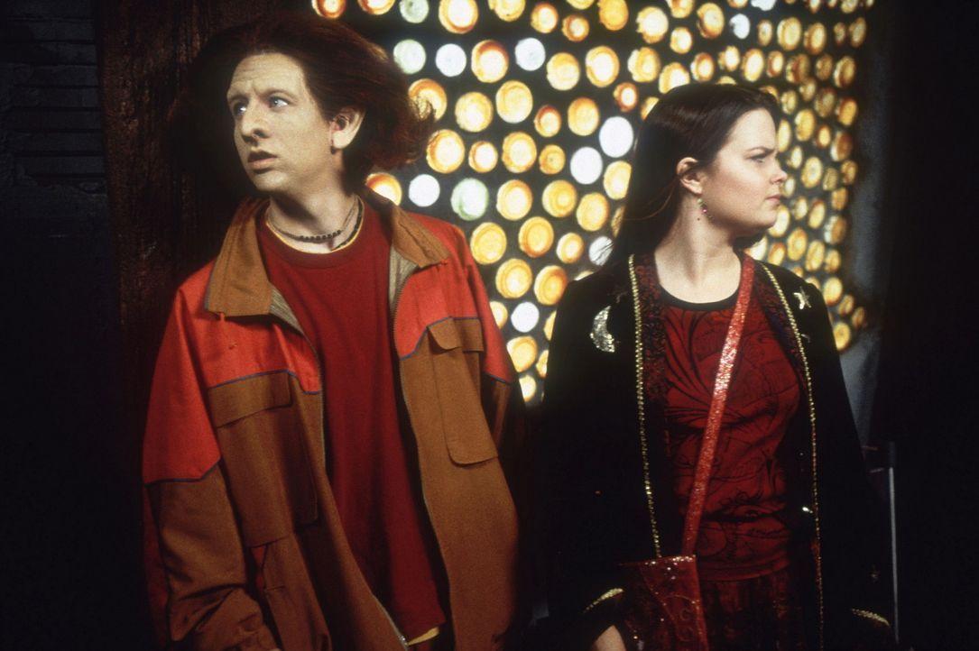 Der Kobold Luke (Phillip Van Dyke, l.) und die junge Hexe Marnie (Kimberly J. Brown, r.) müssen gegen Sohn des bösen Kalabar kämpfen, der auch di... - Bildquelle: DISNEY