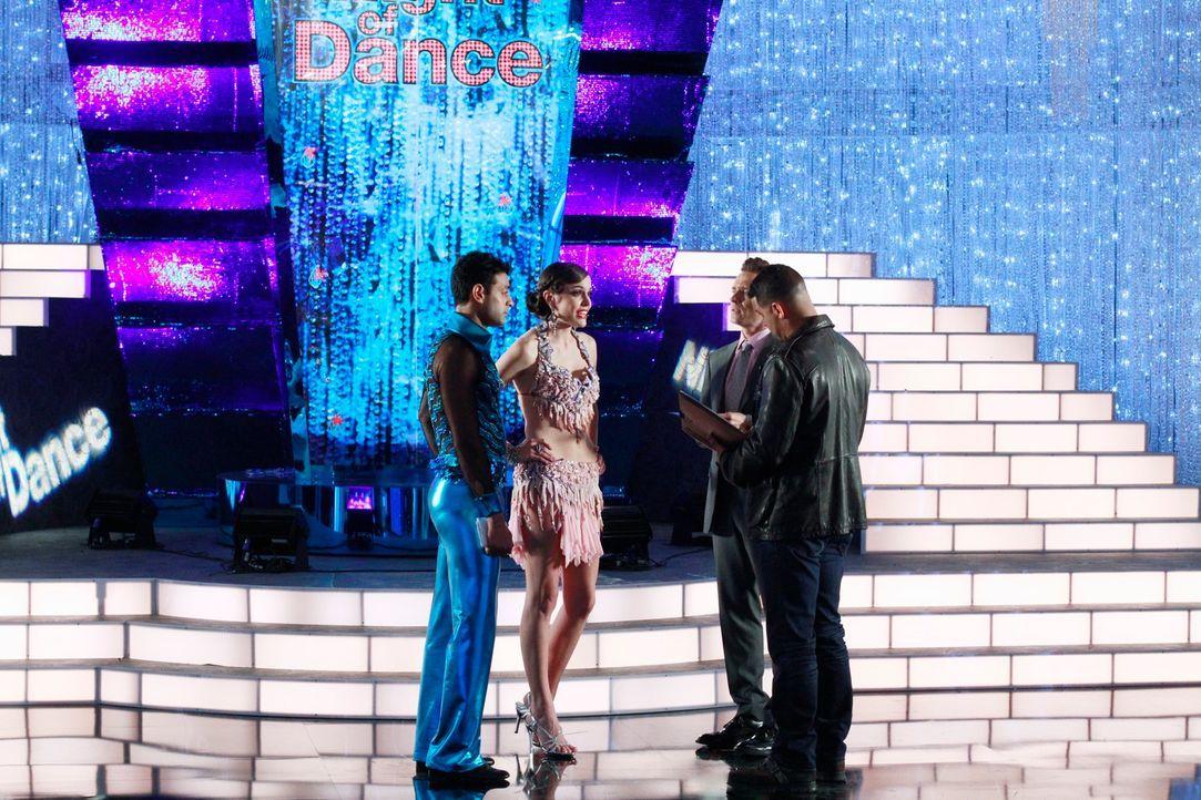 Während eines großen Tanzwettbewerbes wird eine Kandidatin ermordet in der Kabine aufgefunden. Kevin Ryan (Seamus Dever, 2.v.r.) und Javier Esposito...