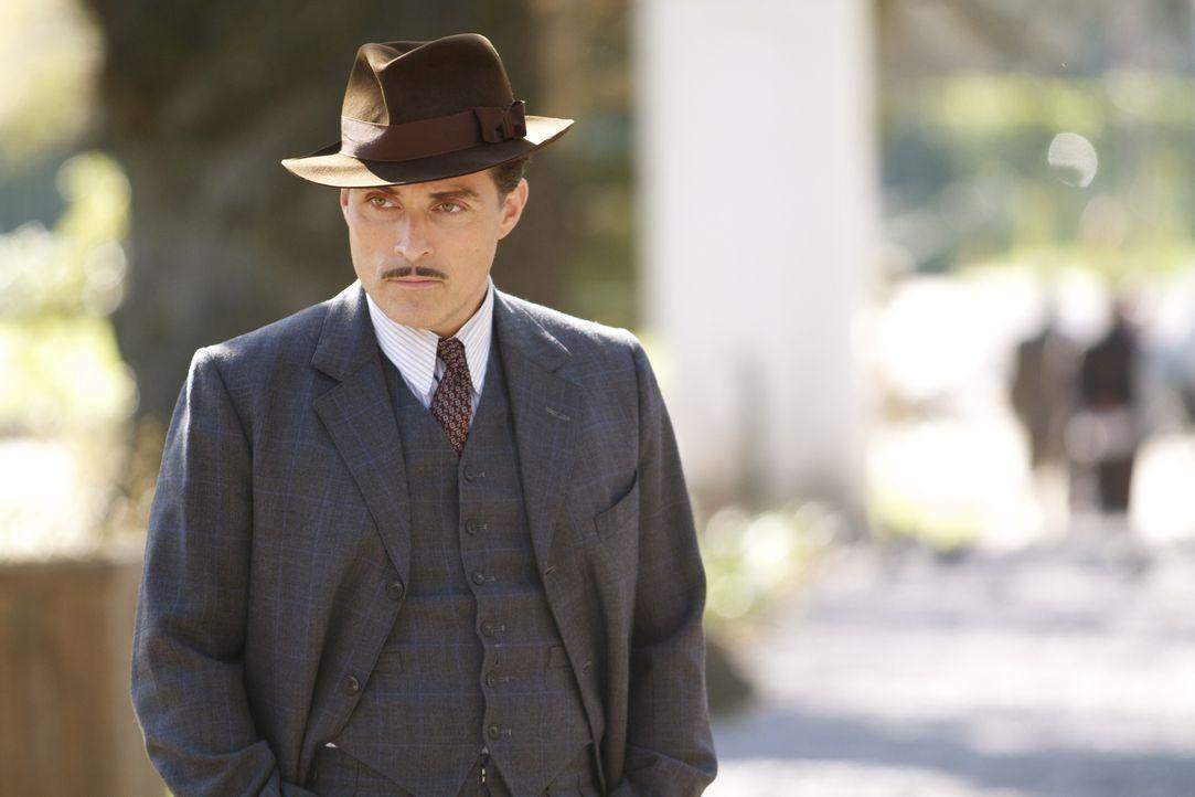 Ist Lucas Romer (Rufus Sewell) wirklich der, für den Eva ihn hält? - Bildquelle: TM &   2012 BBC