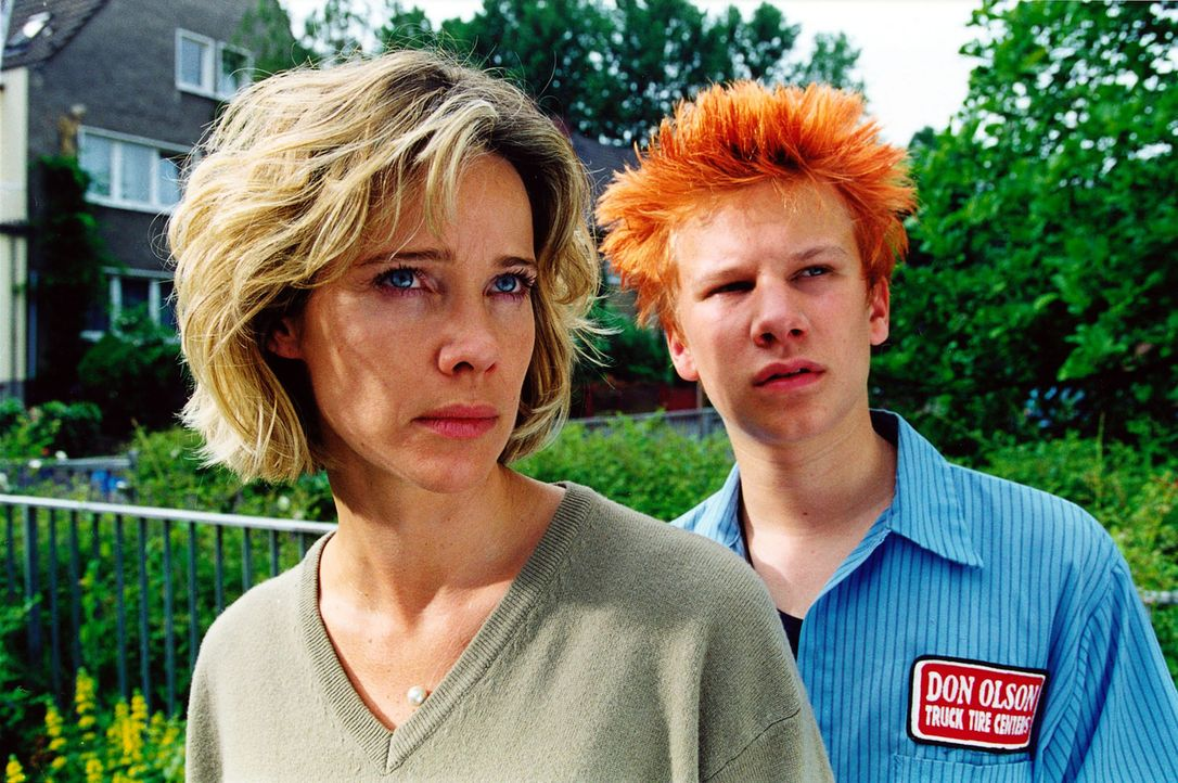 Jan (Robert Stadlober, r.) und seine Stiefmutter Sonja Kessler (Ann-Kathrin Kramer, l.) haben gerade einen widerlichen Reporter, der sich für Reinha... - Bildquelle: Diane Krüger Sat.1