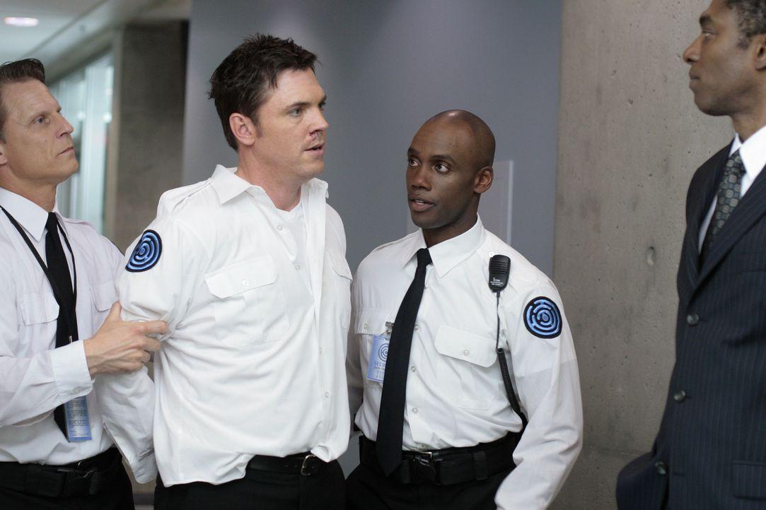 Die Sicherheitsleute von Madacorp kennen kein Erbarmen: Sie nehmen Tom Foss (Nicholas Lea, 2.v.l.) sofort fest und führen ihn zu Ballatine (Conrad... - Bildquelle: TOUCHSTONE TELEVISION