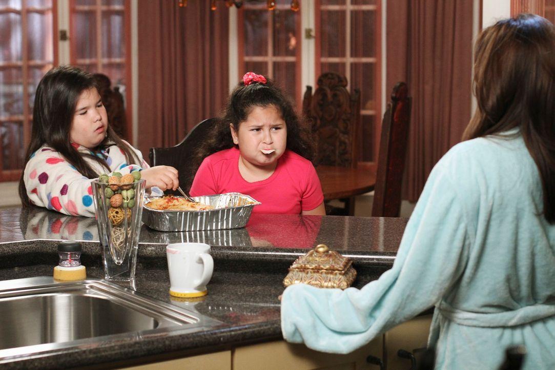Gabrielle (Eva Longoria, r.) kann nicht fassen, dass ihre Töchter Juanita (Madison De La Garza, l.) und Celia (Daniella Baltodano, M.) heimlich Esse... - Bildquelle: ABC Studios