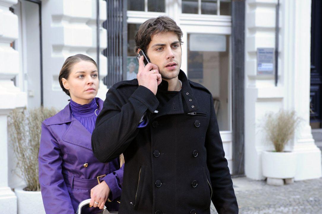 Auf dem Weg vom Krankenhaus nach Hause mit Katja (Karolina Lodyga, l.) erhält Jonas (Roy Peter Link, r.) einen alarmierenden Anruf. - Bildquelle: Oliver Ziebe Sat.1