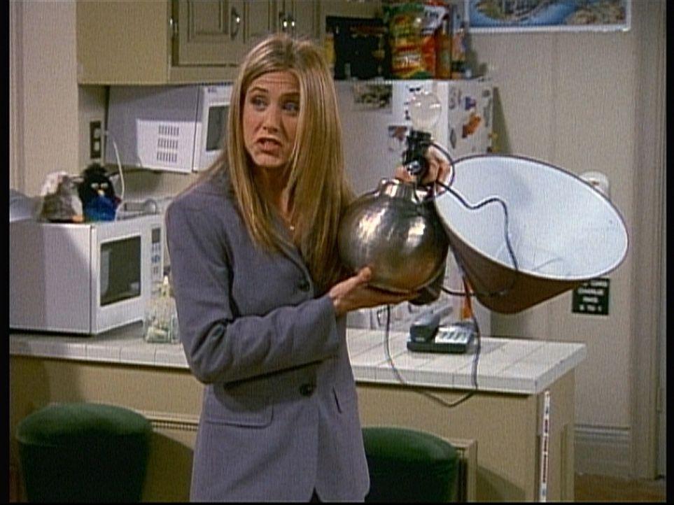 Unter einem fadenscheinigen Vorwand ist Rachel (Jennifer Aniston) in Joeys Wohnung eingedrungen. - Bildquelle: TM+  2000 WARNER BROS.