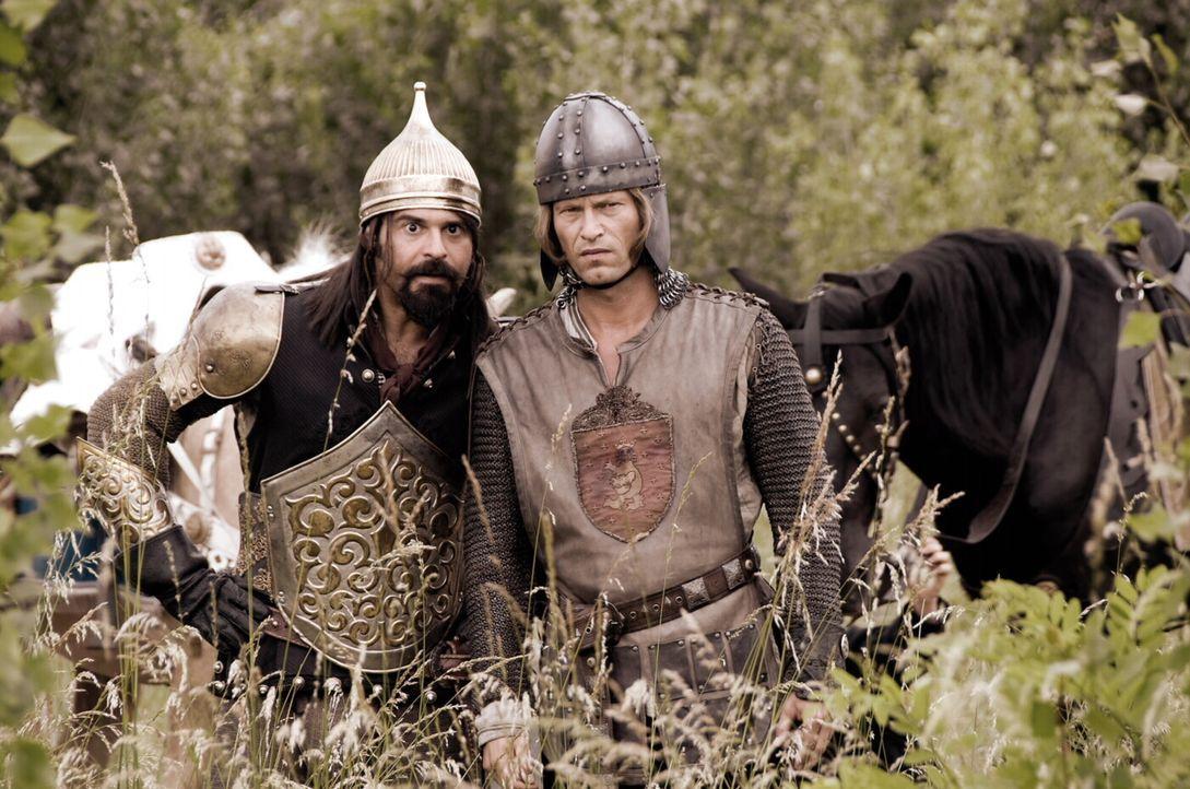 Zusammen mit dem falschen Ritter Erdal (Rick Kavanian, l.) macht sich der junge Edelmann Lanze (Til Schweiger, r.) auf, die vermeintlich vom schwarz... - Bildquelle: Warner Brothers