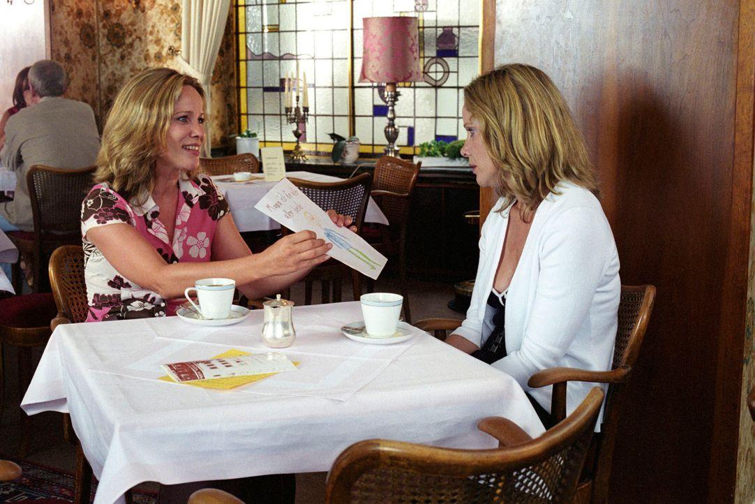 Maria (Ann-Kathrin Kramer, l.) und Katharina (Ann-Kathrin Kramer, r.) haben für vier Wochen die Rollen getauscht. Stolz präsentiert Maria einen Brie... - Bildquelle: Thomas Kost Sat.1