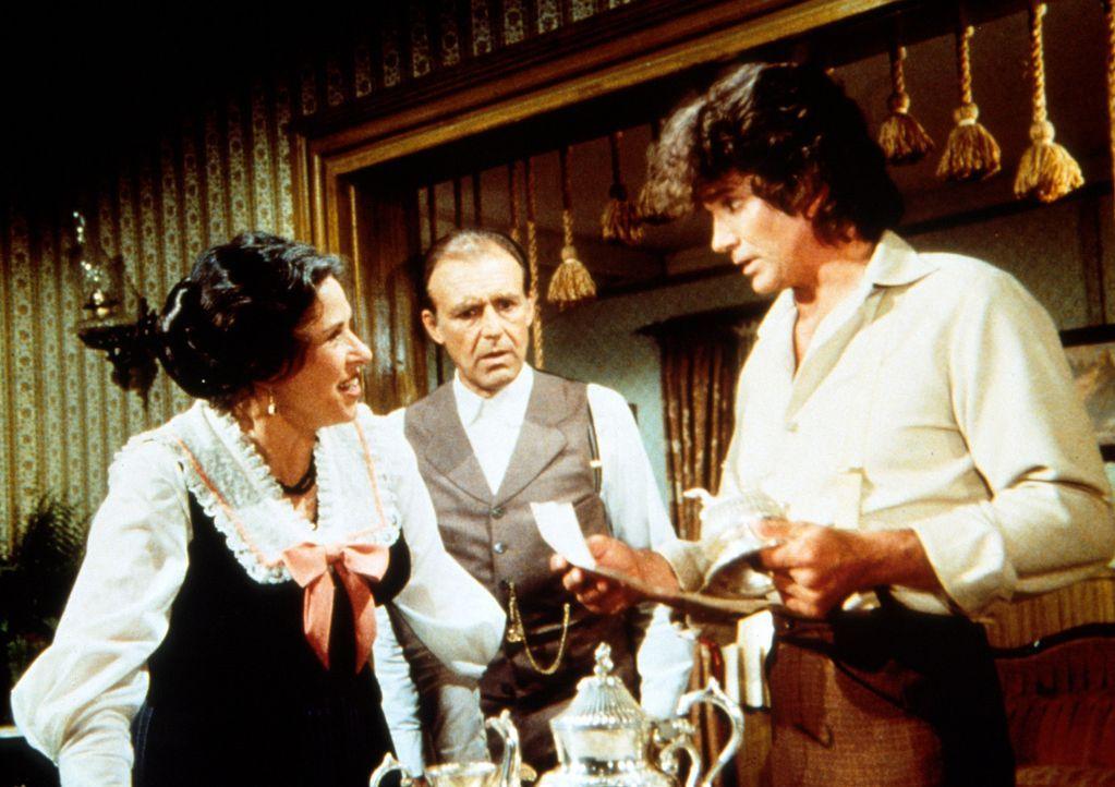 Charles Ingalls (Michael Landon, r.) teilt der entsetzten Mrs. Oleson (Katherine MacGregor, l.) mit, dass ihr günstig erworbenes Silberservice Dieb... - Bildquelle: Worldvision