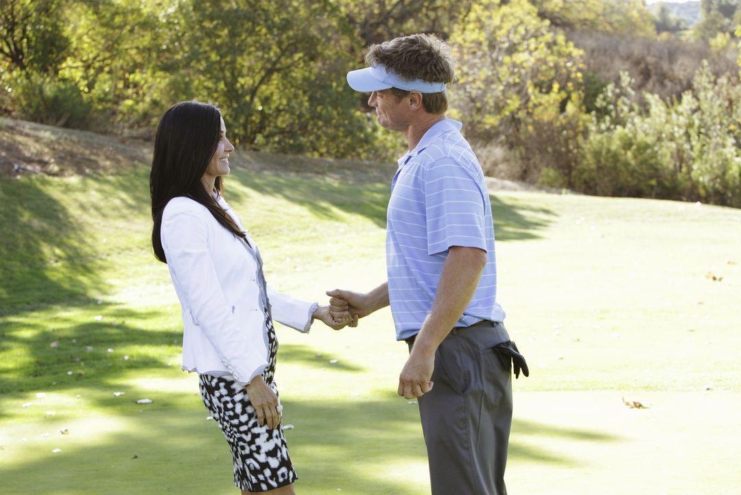 Während Travis' Freundin Kirsten Probleme mit der freundschaftlichen Beziehung zwischen Laurie und Travis hat, versucht Jules (Courteney Cox, l.) d... - Bildquelle: 2010 ABC INC.