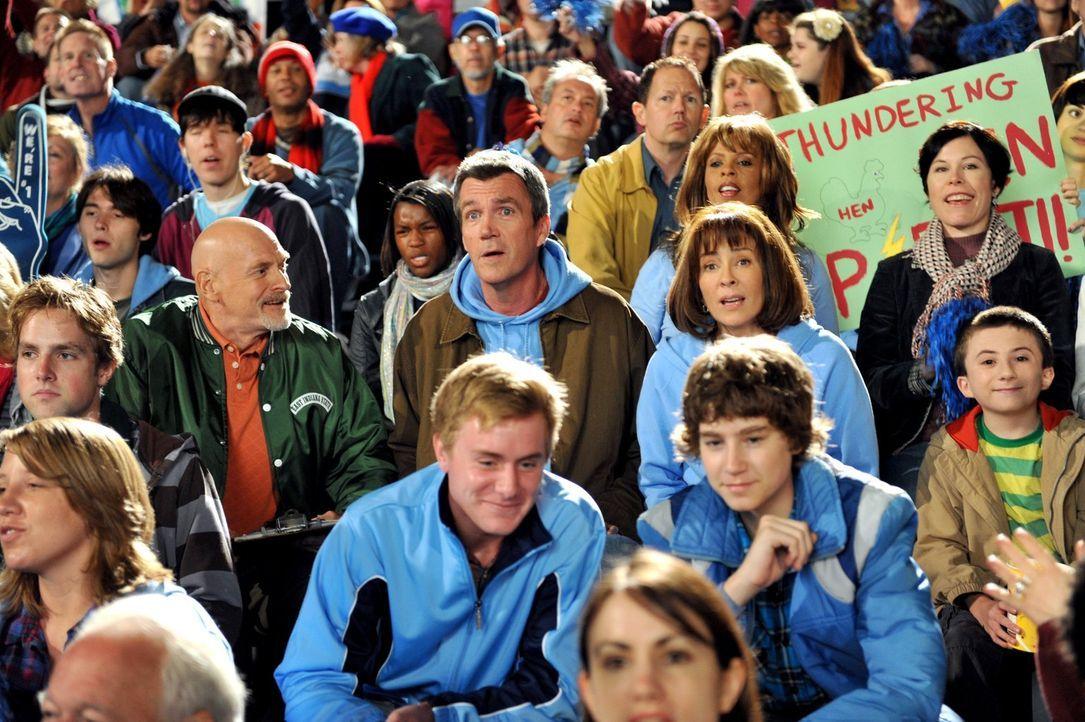 Während Mike (Neil Flynn, mittlere Reihe 2.v.l.), Frankie (Patricia Heaton, mittlere Reihe 2.v.r.) und Brick (Atticus Shaffer, mittlere Reihe r.) Su... - Bildquelle: Warner Brothers