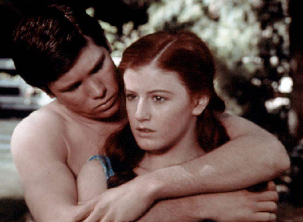 Drew (Tony Becker, l.) möchte eine ganze Nacht mit Elizabeth (Kami Cotler, r.) verbringen. Sie zögert. - Bildquelle: WARNER BROS. INTERNATIONAL TELEVISION